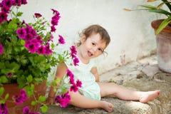 Menina pequena bonito em jardins de Alfabia Fotografia de Stock