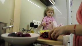 Menina pequena bonito que cozinha com sua m?e Pouco filha com m?e junto video estoque