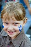 Menina pequena com bandeira e o tridente ucranianos Imagem de Stock