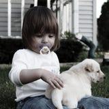 Menina pequena com filhote de cachorro imagem de stock royalty free