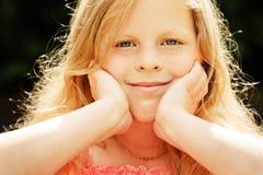 Menina pequena com maçã imagens de stock royalty free