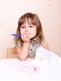 Menina pequena com marcador e sua arte Fotos de Stock Royalty Free