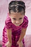Menina pequena com sorriso de arrelia foto de stock