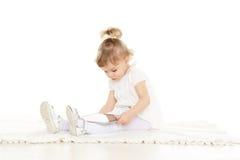 Menina pequena com tabuleta do computador. Foto de Stock Royalty Free
