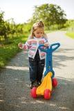 Menina pequena com 'trotinette' Fotografia de Stock Royalty Free