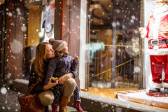 Menina pequena da criança com a mãe no Natal Fotos de Stock Royalty Free