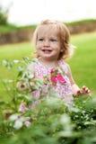 Menina pequena da criança no vestido cor-de-rosa fotos de stock royalty free