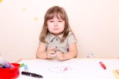 Menina pequena de grito na escola Fotos de Stock
