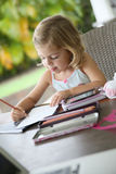 Menina pequena do artista que faz desenhos Imagens de Stock Royalty Free