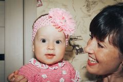 Menina pequena e sua mãe na sala foto de stock