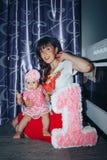 Menina pequena e sua mãe na sala foto de stock royalty free