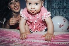 Menina pequena e sua mãe na sala fotos de stock royalty free