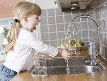 Menina pequena na cozinha foto de stock royalty free