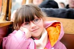 Menina pequena na roupa do inverno no trem do estilo velho Foto de Stock Royalty Free