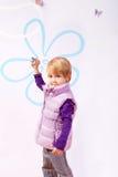 Menina pequena na veste cor-de-rosa com avião do brinquedo Fotografia de Stock