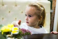 Menina pequena no café Foto de Stock