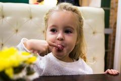 Menina pequena no café Fotos de Stock