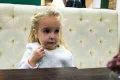 Menina pequena no café Imagem de Stock Royalty Free