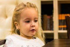 Menina pequena no café Fotografia de Stock Royalty Free