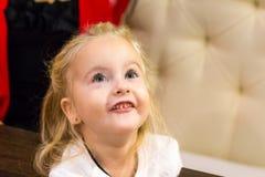Menina pequena no café fotografia de stock