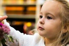 Menina pequena no café foto de stock royalty free