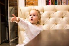 Menina pequena no café imagens de stock