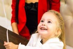 Menina pequena no café imagem de stock