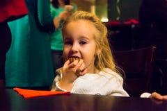 Menina pequena no café fotos de stock royalty free