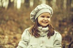 Menina pequena no parque do outono imagem de stock