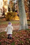 Menina pequena que anda em um parque Fotos de Stock Royalty Free