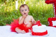 Menina pequena que come o bolo Foto de Stock Royalty Free