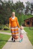 Menina pequena que corre com sua mãe fora Manutenção programada do Mum e da filha Fotografia de Stock Royalty Free