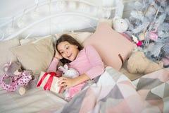 menina pequena que dorme em casa Natal Family Ano novo feliz Compra do Natal, idéia para seu projeto Puxando a árvore de Natal In fotografia de stock