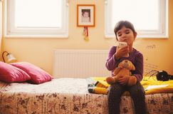Menina pequena que joga com brinquedo do urso Fotos de Stock Royalty Free