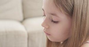 Menina pequena que joga com plasticine filme