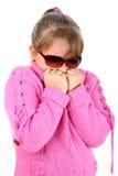 Menina pequena que sente a respiração fria em suas mãos fotografia de stock royalty free