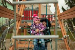 Menina pequena que tem o divertimento nas atrações das crianças Imagens de Stock Royalty Free