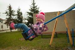 Menina pequena que tem o divertimento nas atrações das crianças Fotos de Stock Royalty Free