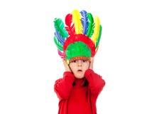 Menina pequena surpreendida que faz gestos com penas indianas Imagens de Stock
