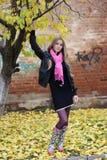 A menina perto da árvore Foto de Stock