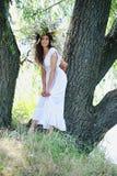 Menina perto da árvore Fotografia de Stock