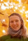 Menina perto da árvore do outono Fotografia de Stock Royalty Free