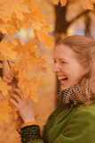 Menina perto da árvore do outono Fotos de Stock