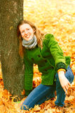 Menina perto da árvore do outono Imagem de Stock Royalty Free