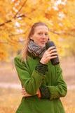 Menina perto da árvore do outono Fotografia de Stock