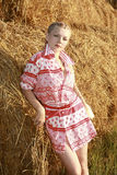 A menina perto da palha Fotos de Stock