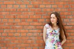 Menina perto da parede de tijolo foto de stock