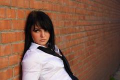 Menina perto da parede de tijolo Foto de Stock Royalty Free