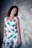 Menina perto da parede de tijolo velha. foto de stock royalty free