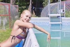 Menina perto da piscina Fotografia de Stock Royalty Free